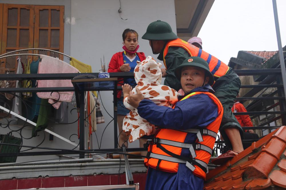 Hiện tại, lực lượng cứu hộ vẫn đang khẩn cấp đI đến từng nhà trong vùng ngập lũ để di chuyển người dân thoát khỏi nguy hiểm