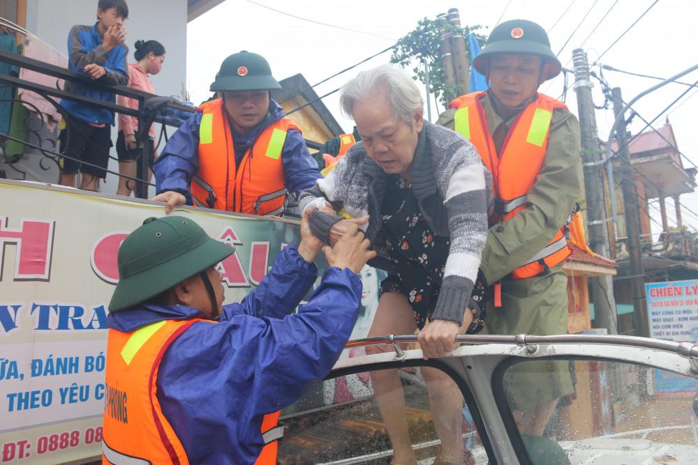 Lực lượng cứ hộ của Công an, Bộ đội Biên phòng đang khẩn cấp di dời người dân khỏi vùng nguy hiểm