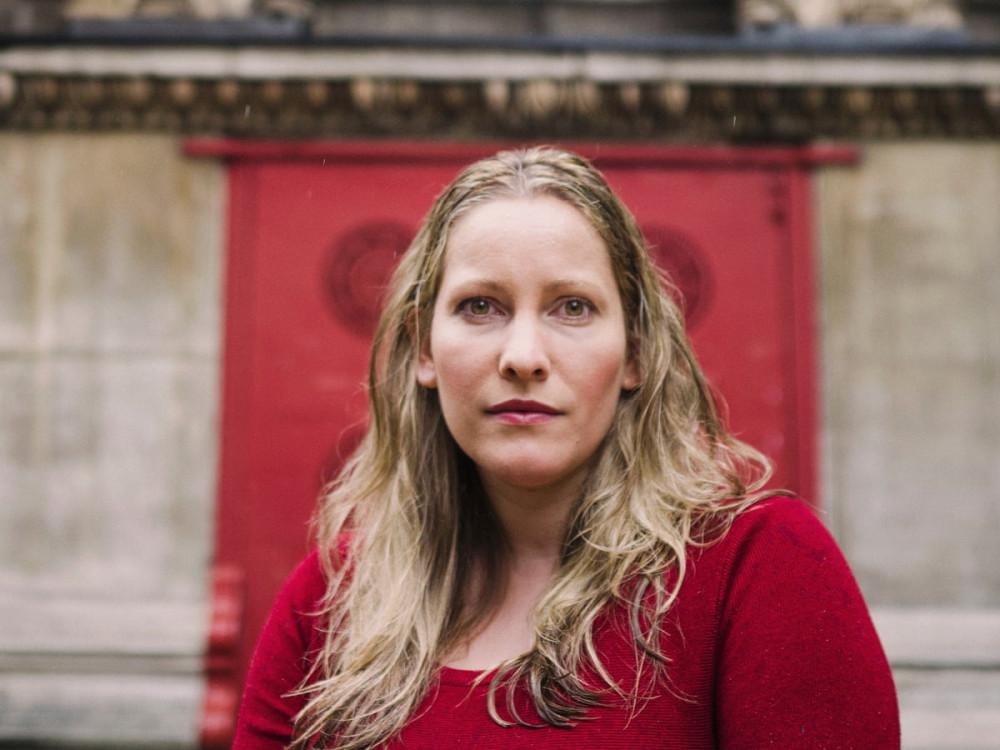 Nữ văn sĩ Laura Bates (Ảnh: The Guardian)