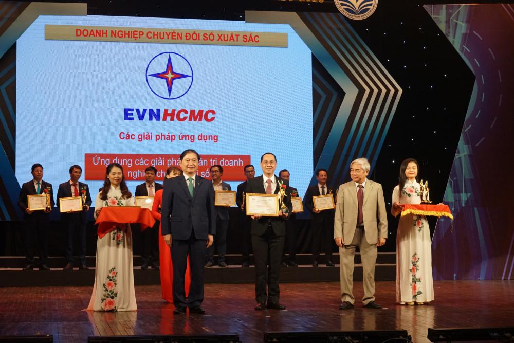 Ông Lê Chí Dũng thay mặt EVNHCMC đón bằng chứng nhận và giải thưởng Doanh nghiệp Chuyển đổi số xuất sắc do Hội Truyền thông số Việt Nam (VDCA) trao tặng