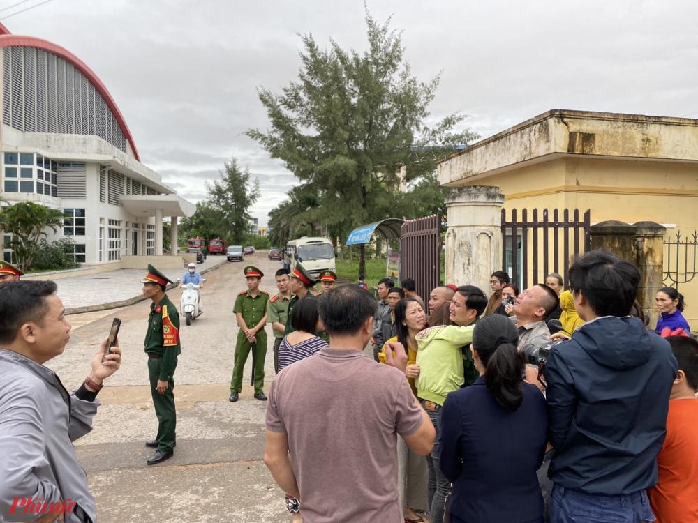 Người thân các nạn nhân tuyệt vọng chờ đợi giây phút nhìn thấy các thi thể được đưa về tại nhà thi đấu Đông Hà