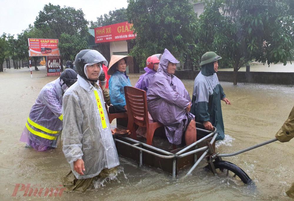 Nhiều phương tiện đã được sử dụng để giúp người dân di dời ra khỏi khu vực ngập sâu