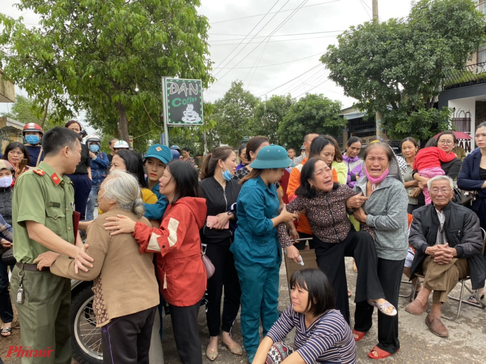 Người thân các nạn nhân khóc thảm thiết bên cạnh nhà thi đấu TP. Đông Hà ( Quảng Trị)