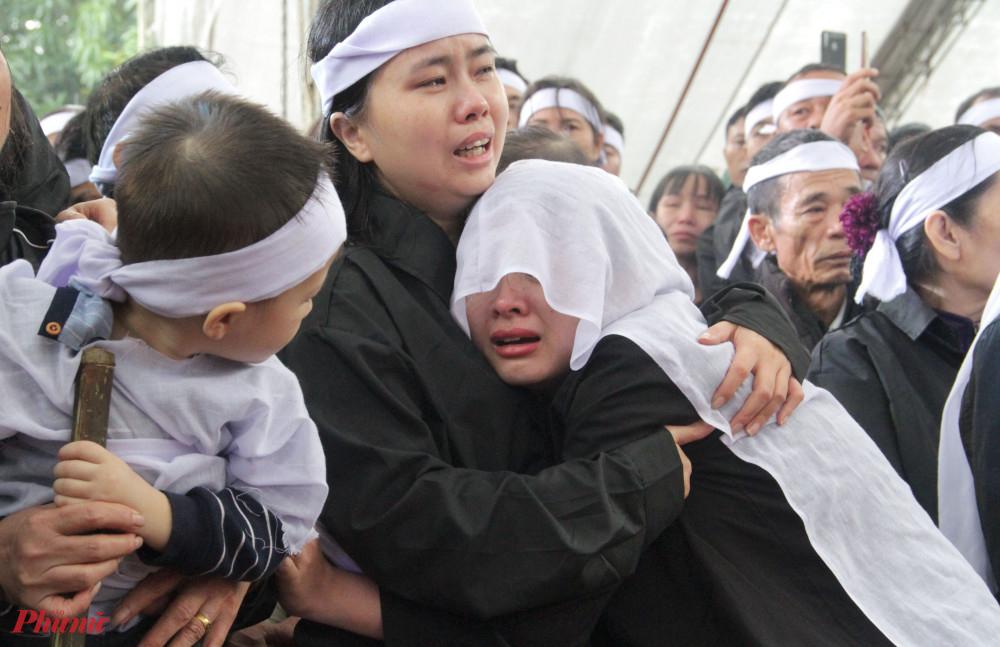 Con trai liệt sĩ Đinh Văn Trung ngơ ngác nhìn mẹ