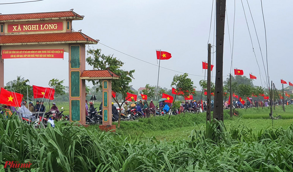 Người dân đứng kín hai bên đường làng chờ đón