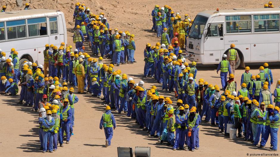Điều kiện lao động tại các công trường xây dựng phục vụ World Cup 2022 ở Qatar bị cho rất kém - Ảnh: Jennifer Fraczek/dw