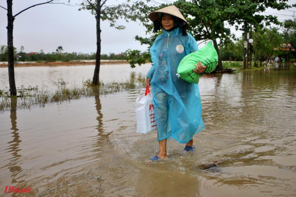 Trong ngày 20/10 nước lũ nơi đây đã bắt đầu rút, nhưng nhiều con đường vẫn còn ngập