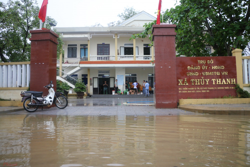 Con đường trước UBND xã Thanh Thủy vẫn bị nước lũ bủa vây.
