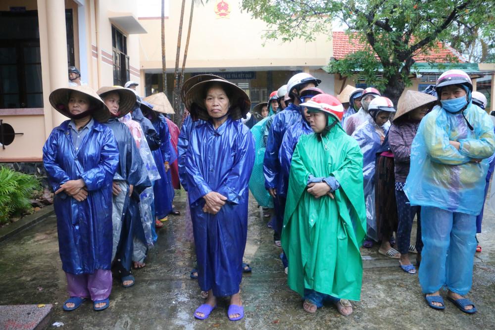Hàng trăm bà con vùng lũ ở phường Hương Vân, thị xã Hương Trà có mặt từ rất sớm để chờ nhận quà của Báo Phụ nữ TPHCM. Theo thống kê sơ bộ, nước lũ làm 85% nhà dân ở phường Hương Vân bị ngập, ảnh hưởng đến đời sống của 6.000 hộ dân.