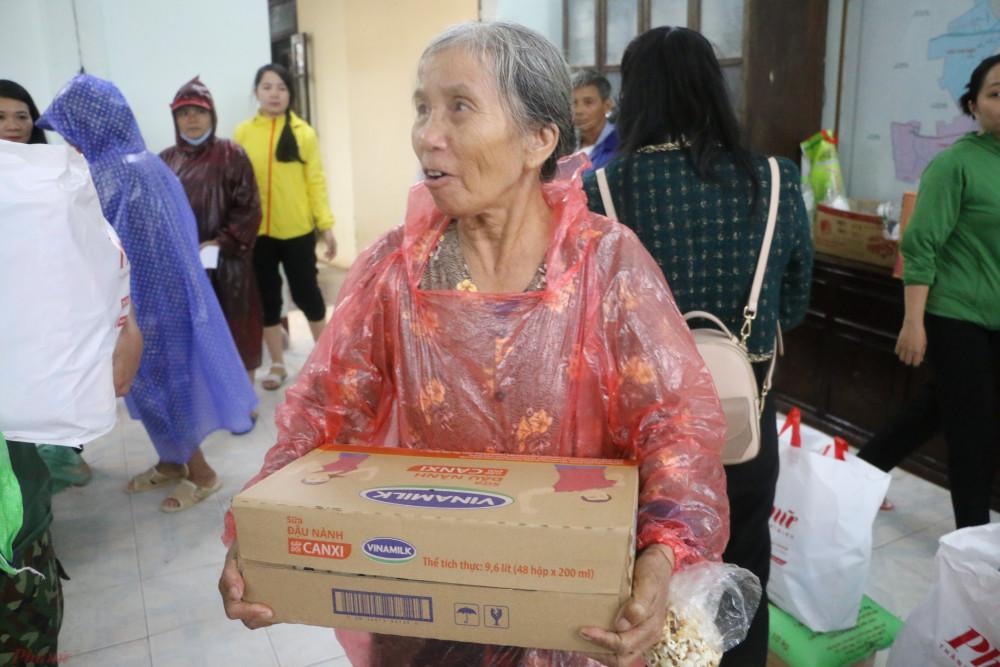 Sáng ngày 20/10, Báo Phụ nữ TPHCM đã vượt nước lũ đến xã Thanh Thủy trao quà hỗ trợ cho những phụ nữ khó khăn nơi đây.