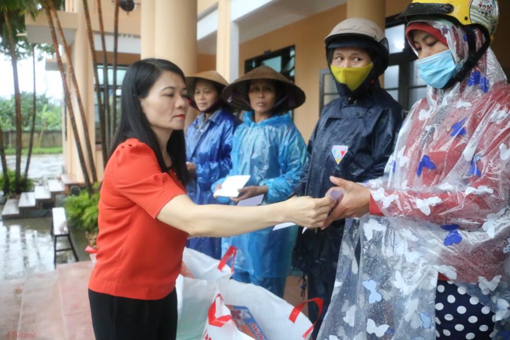 Sáng ngày 20/10, Báo Phụ Nữ TPHCM đã phối hợp với Hội LHPN tỉnh Thừa Thiên Huế trao 300 phần quà cho người dân ở huyện Phú Vang, thị xã Hương Thủy và Hương Trà tỉnh Thừa Thiên Huế. Mỗi phần quà bao gồm thực phẩm, sữa, gạo… và 300.000 đồng.