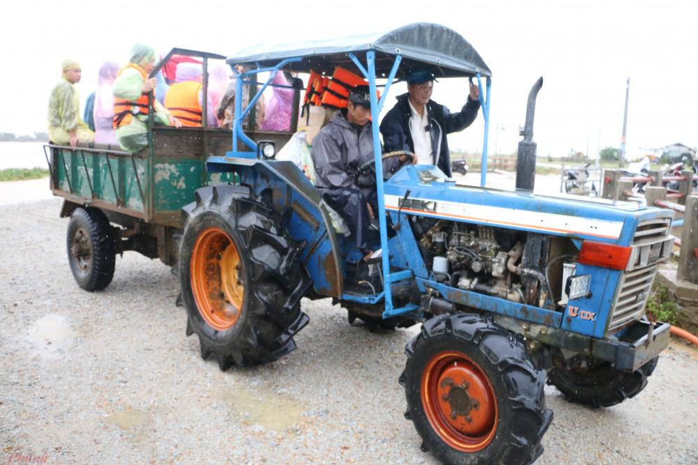 Tuyến đường vào điểm trao quà tại UBND xã Thủy Thanh, thị xã Hương Thủy đang bị nước lũ chia cắt nên đoàn phát