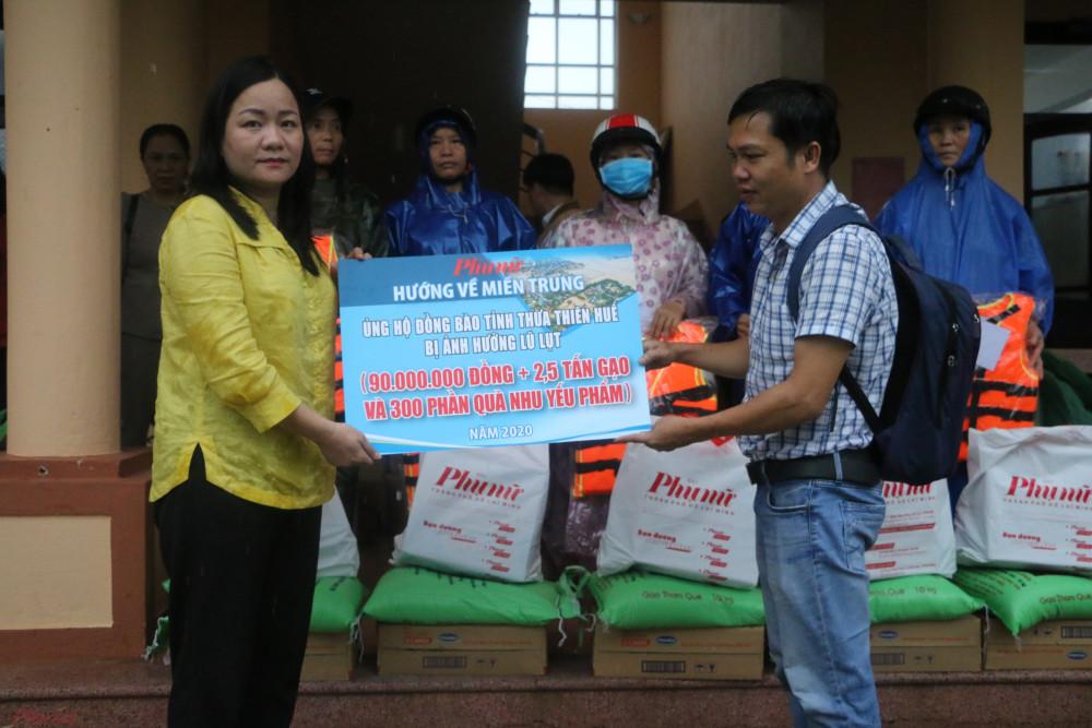 Bà Trần Thị Kim Loan – Chủ tịch Hội LHPN tỉnh Thừa Thiên Huế thay mặt người dân nhận quà và gửi lời cảm ơn đến Báo Phụ nữ TPHCM đã kết nối các tấm lòng của Mạnh Thường Quân hướng về bà con vùng lũ.