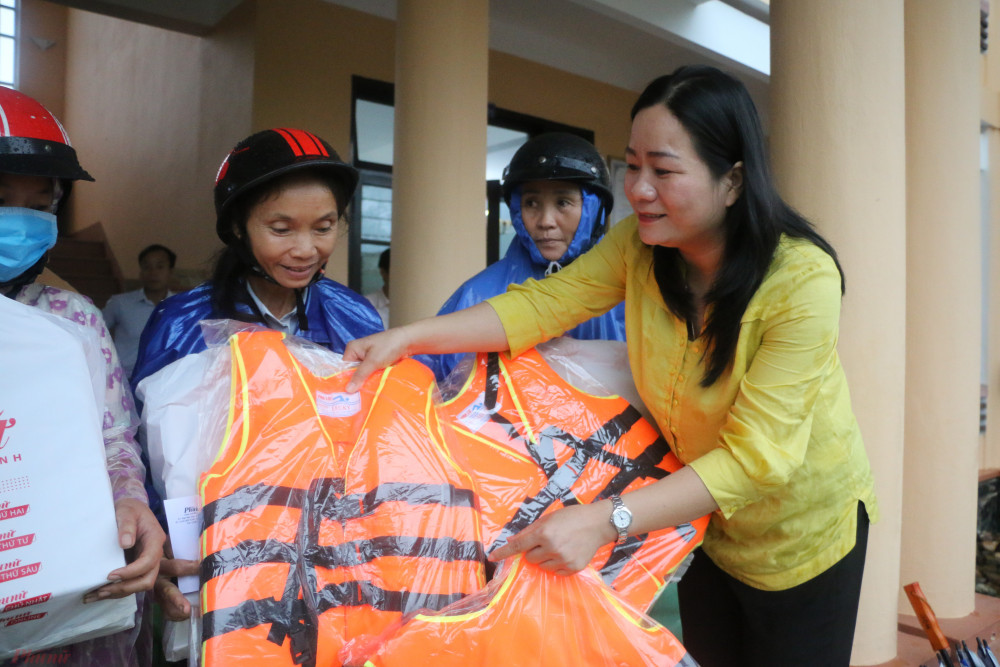 Ngoài các phần quà của Báo Phụ nữ TPHCM, người dân vùng lũ còn nhận được áo phao của Hội LHPN tỉnh Thừa Thiên Huế.