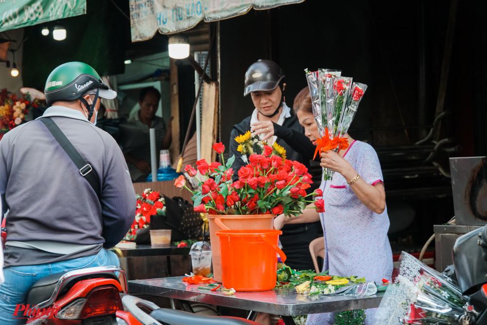Khách hàng có nhiều lựa  chọn khi mua hoa như: mua từng nhánh, hoa bó sẵn, hoa cắm giỏ, ..