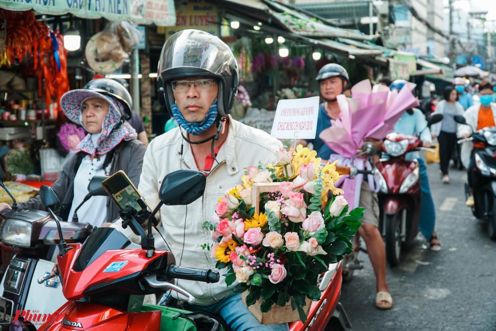 Nhiều người nói vui, những ngày này, phần lớn chỉ thấy đàn ông đi mua hoa