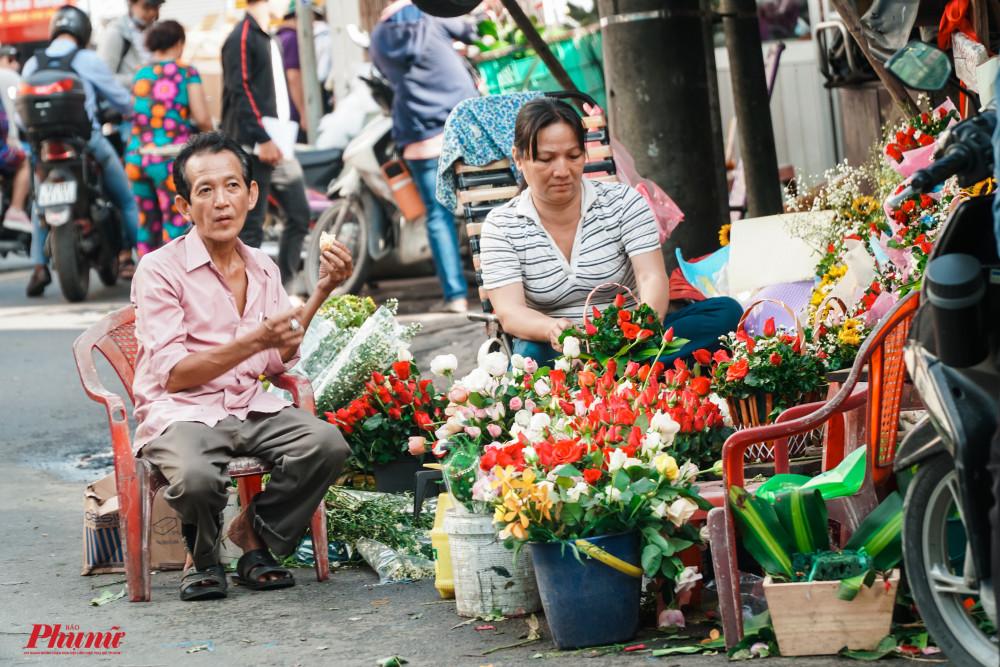 Nhiều hộ kinh doanh nhỏ lẻ cũng tranh thủ ngày này bán thêm hoa