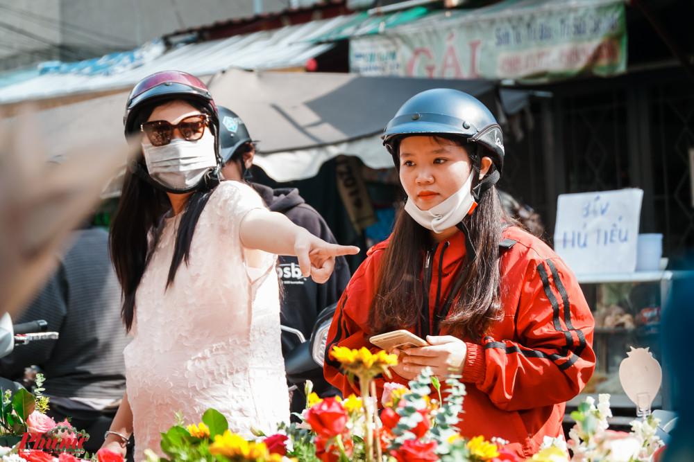 Lát đát vài chị em phụ nữ đến mua hoa