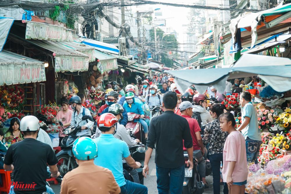Chợ hoa Hồ Thị Kỷ đang rất nhộn nhịp trong ngày Phụ nữ Việt Nam