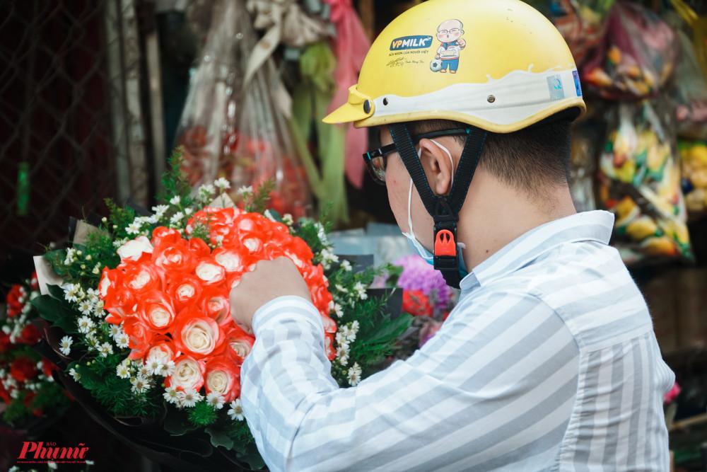 Những bó hoa tươi sắc được các quý ông nâng niu gửi tặng người phụ nữ của mình