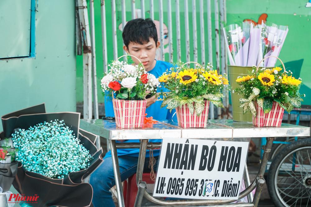 hàng loạt dịch vụ như bó hoa, giao hoa nở rộ nhân ngày Phụ Nữ Việt Nam