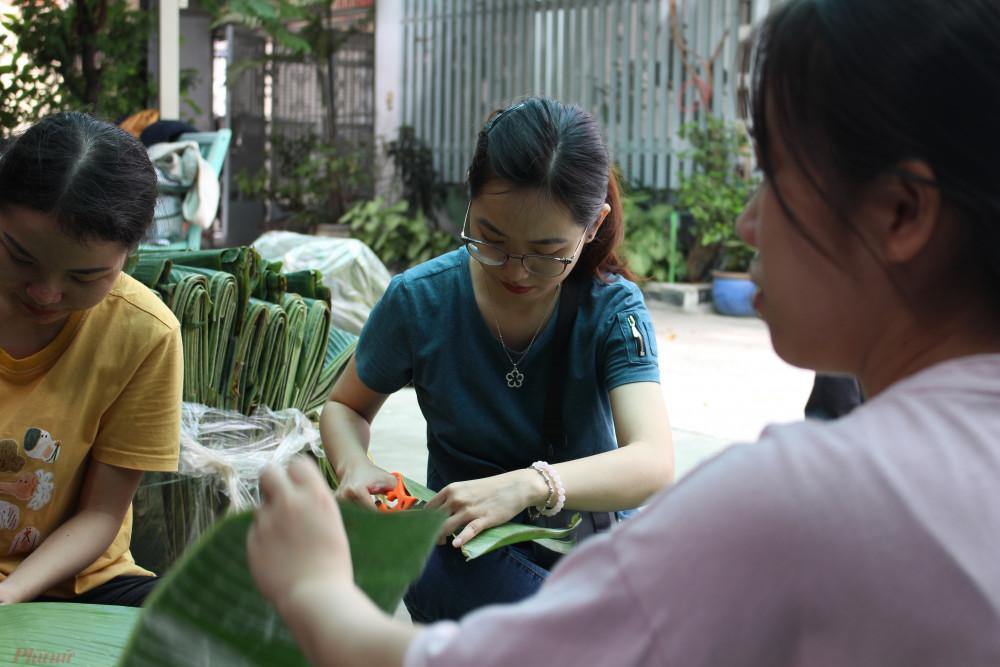 Nhiều chị em hẹn nhau gói bánh chưng gửi cho bà con vùng lũ miền Trung