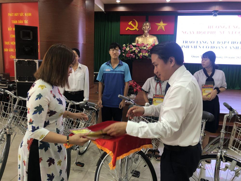 20 chiếc xe đạp trị giá mỗi chiếc 3 triệu đồng đã được trao tặng cho các em học sinh có hoàn cảnh khó khăn. Ảnh: Thanh Huyền.