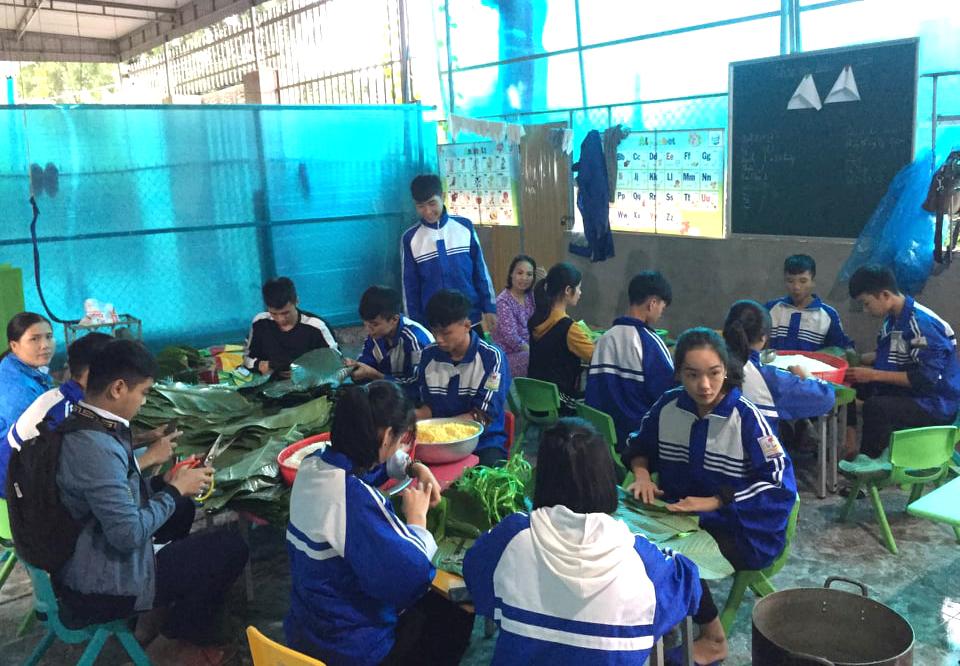 Học sinh Trường THPT Nguyễn Cảnh Chân cùng nhau gói bánh chưng