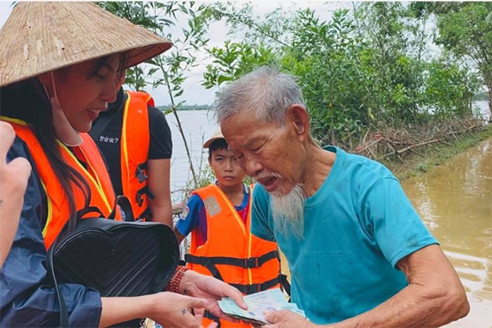 Ca sĩ Thuỷ Tiên đến tận nhà để trao quà, tiền cho người dân các tỉnh miền Trung gặp thiên tai.