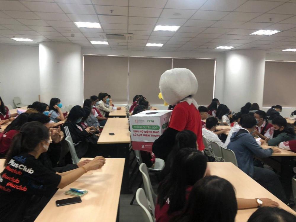 Giảng viên, sinh viên Trường đại học Quốc tế Hồng Bàng đóng góp