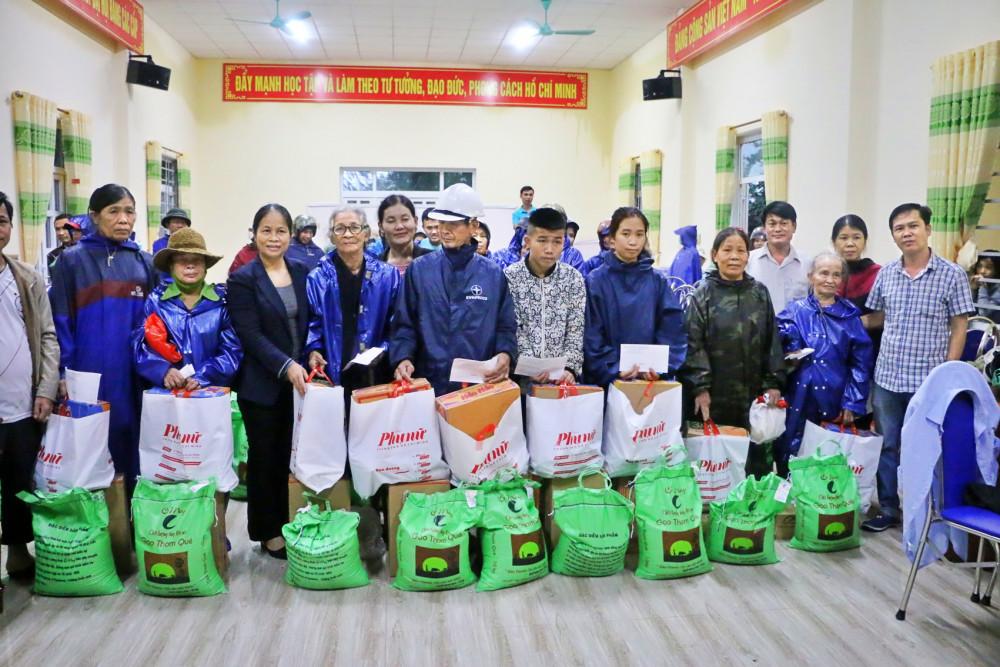 Báo Phụ nữ TP.HCM trao quà cho người dân vùng lũ ở Quảng Trị