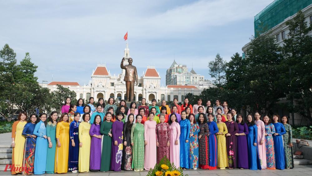 Cán bộ hội viên phụ nữ chụp hình lưu niêm trước Tượng đài Chủ tịch Hồ Chí Minh