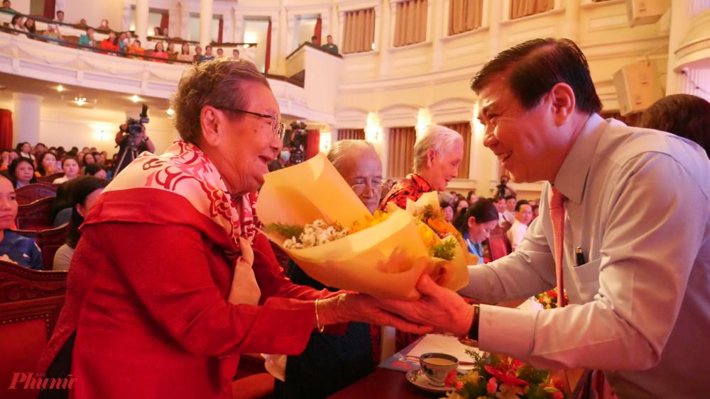Chủ tịch UBND TPHCM tặng hoa tri ân đến các Mẹ Việt Nam anh hùng tại buổi lễ họp mặt.