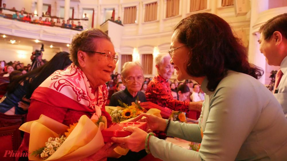 Chủ tịch HĐND Nguyện Thị Lệ tặng hoa tri ân Mẹ VNAH tại lễ họp mặt.