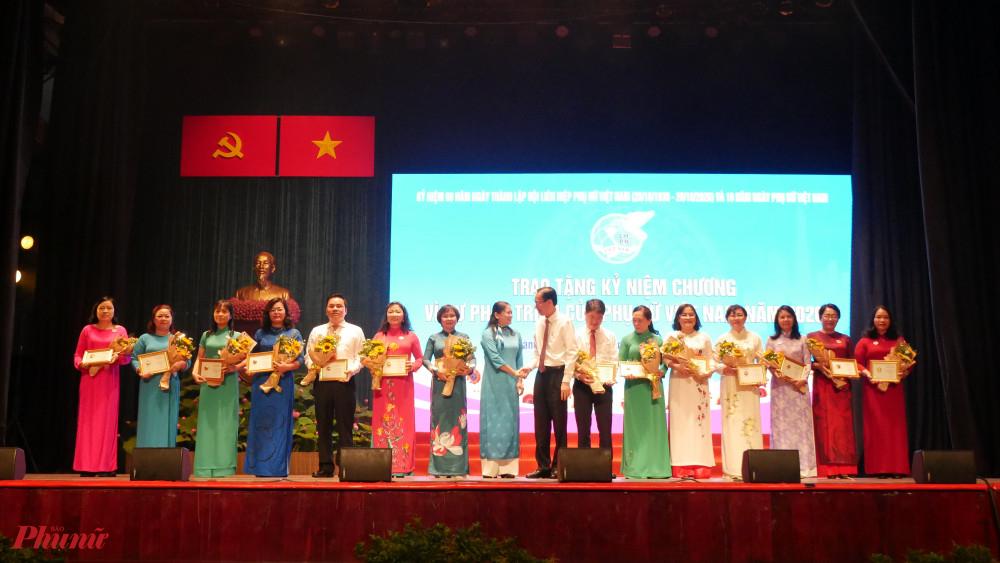 Các đồng chí lãnh đạo tặng kỷ niệm chương Vì sự tiến bộ của Phụ nữ Việt Nam cho các cá nhân