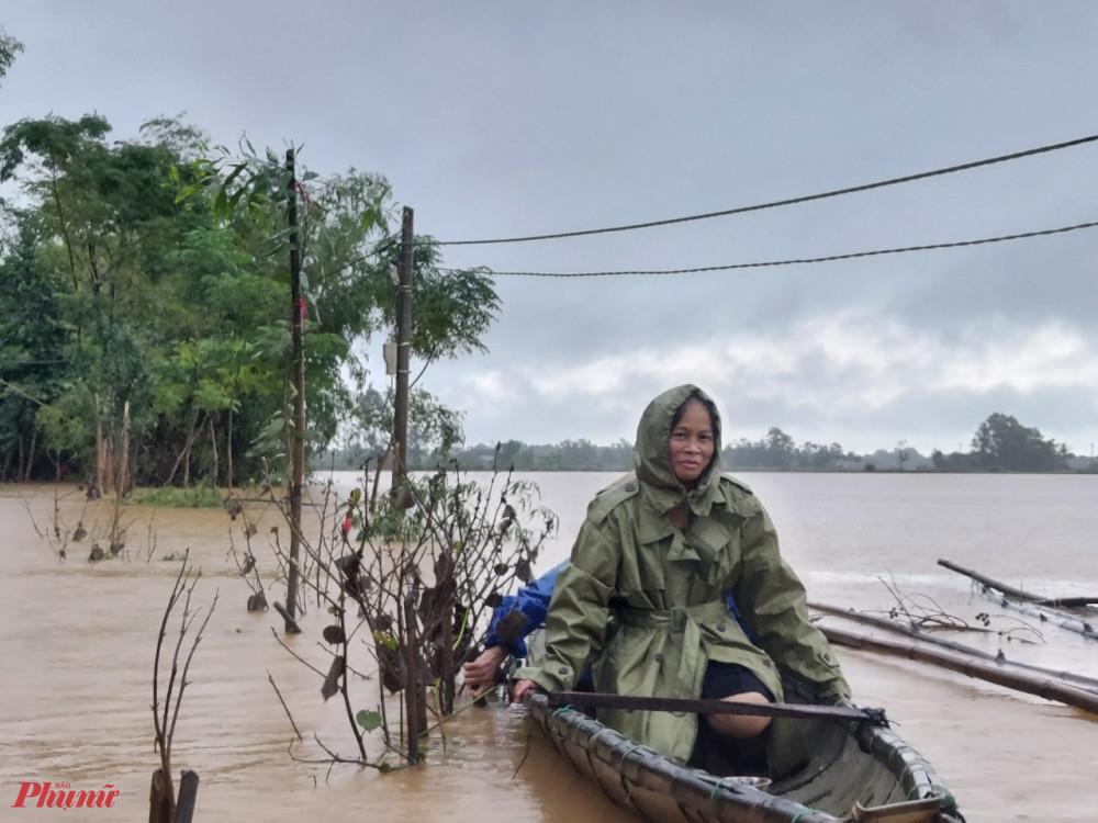 Nagy sau khi nước lũ rút chị  Nguyễn Thi Quế Phượng - Phó chủ tịch Hội LHPN tinht Quảng Trị đã nhanh chóng có mặt tại vùng lũ xã Hải Quy để thăm hỏi động viên bà con sau lũ