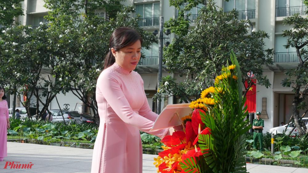 Bà Nguyễn Trần Phượng Trân dâng hoa lên Chủ tịch Hồ Chí Minh ]
