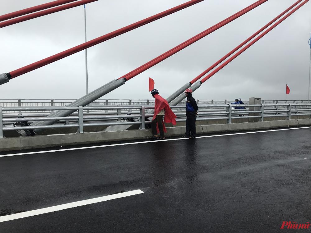 Người dân hai bên bờ sông Trà Khúc đang đội mưa đi xem cầu 2.250 tỷ