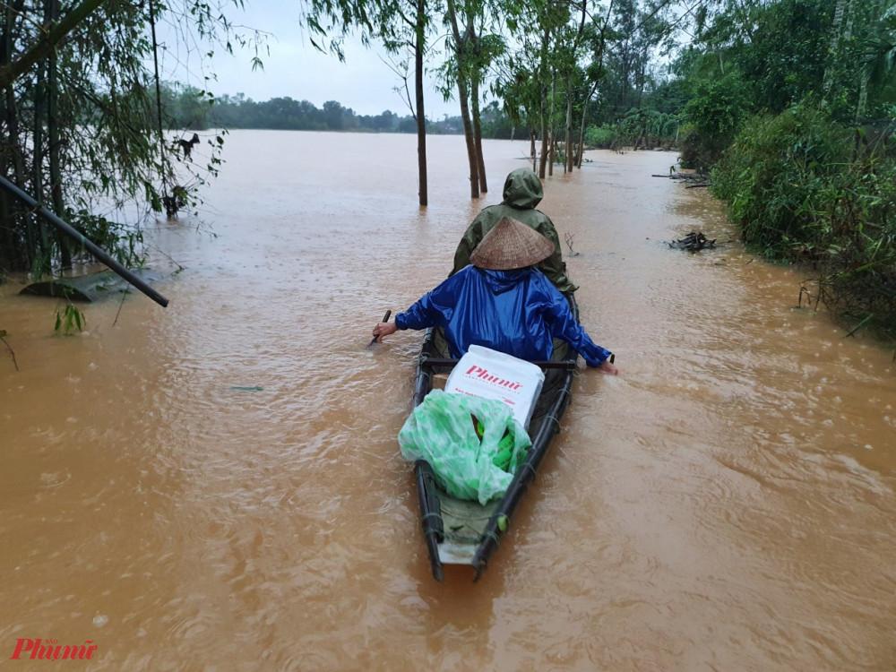A2-  Đây là những khu vực nước còn ngập lũ, nhiều thôn bà con đi nhận hàng cứu  trợ còn phải đi đò
