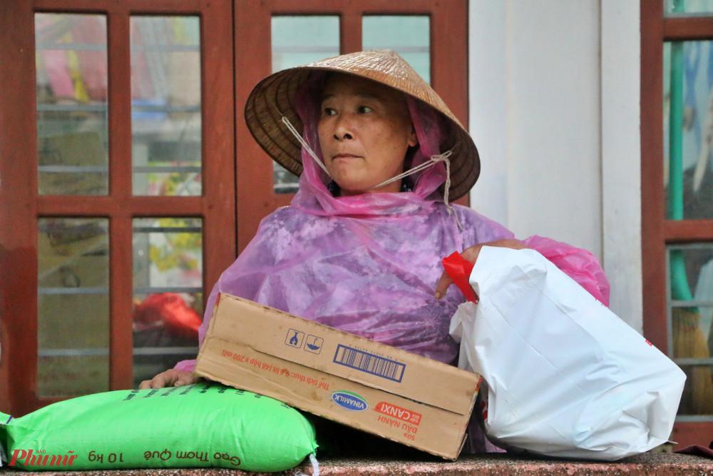 Với những món quà ý ngĩa này sẽ giúp bà con vơi bớt nỗi khó khăn do lũ lụt kéo dài gần nửa tháng