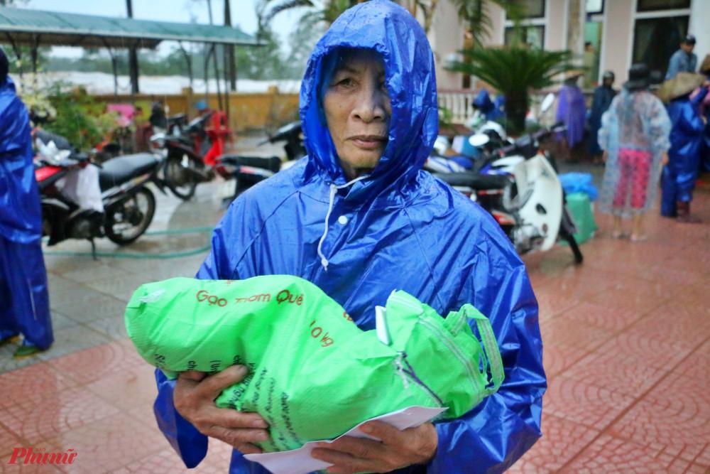 - Do thời tiết không thuân lợi  nên bà con đã có nhiều sáng kiến để bảo quản hàng chu đáo trước lúc chở về nhà
