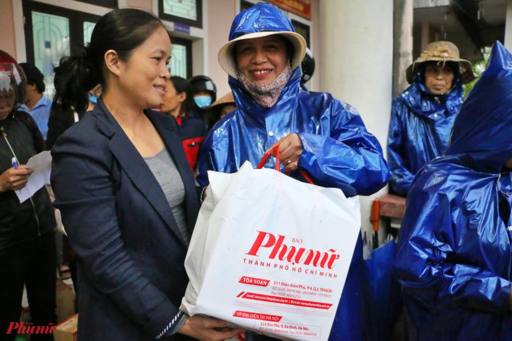Các phần quà gồm gạo, nước tương, mì gói, sữa kèm 300 ngàn đồng tiền mặt  được trao tận tay cho bà con ở các xã Hải Quy (Hải Lăng) và  Triệu Tài, Triệu Sơn, Triệu Trung (huyện Triệu Phong)