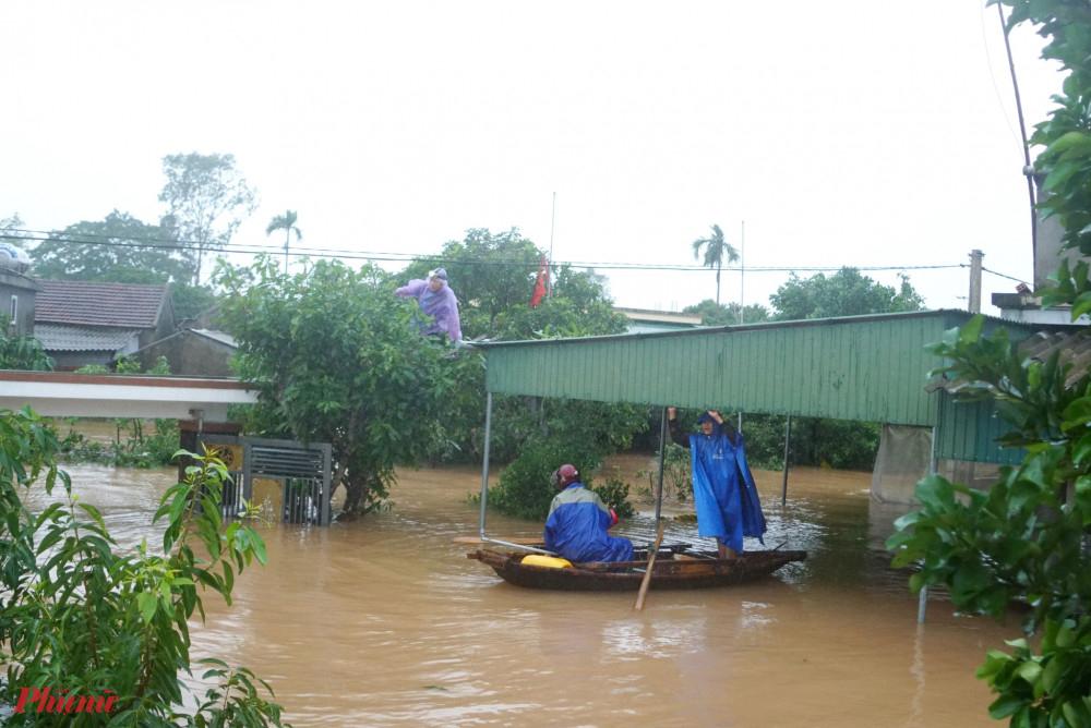 Nhiều địa phương ở vùng hạ du hồ Kẻ Gỗ vẫn đang ngập sâu trong nước