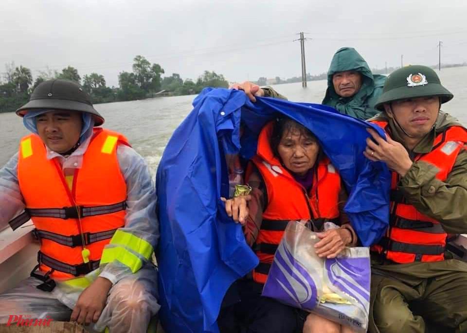 Công việc di dời người già, trẻ em ra khỏi vùng ngập nặng vẫn đang được tiến hành khẩn trương
