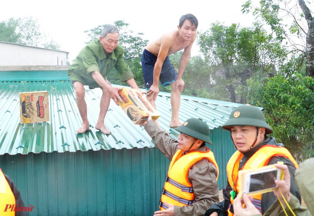 Không kịp di dời, nhiều người dân chỉ biết ở nóc nhà chờ đợi hàng cứu trợ