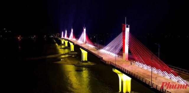 Cầu Cổ Lũy được chiếu sáng ban đêm