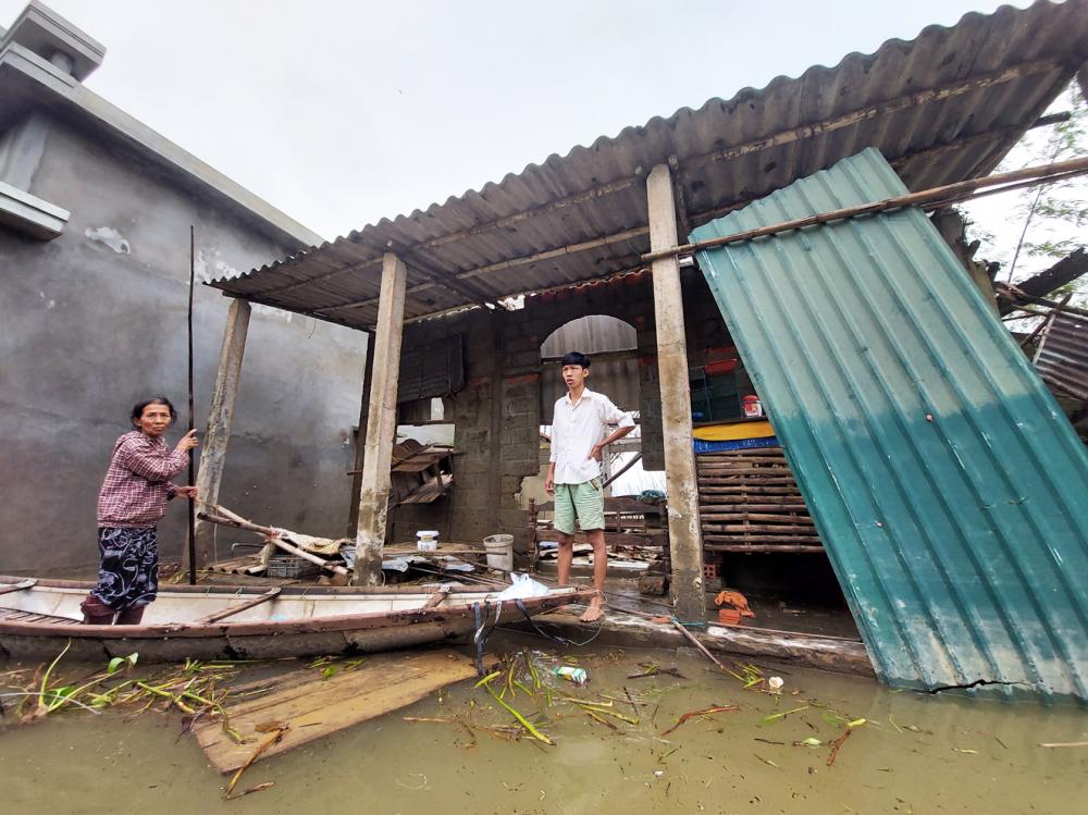 Nhà bị nước lụt đánh sập, bà Lê Thị Hoa - ở thôn Phú Kinh, xã Hải Phong, H.Hải Lăng, tỉnh Quảng Trị - được người dân địa phương cho ở nhờ