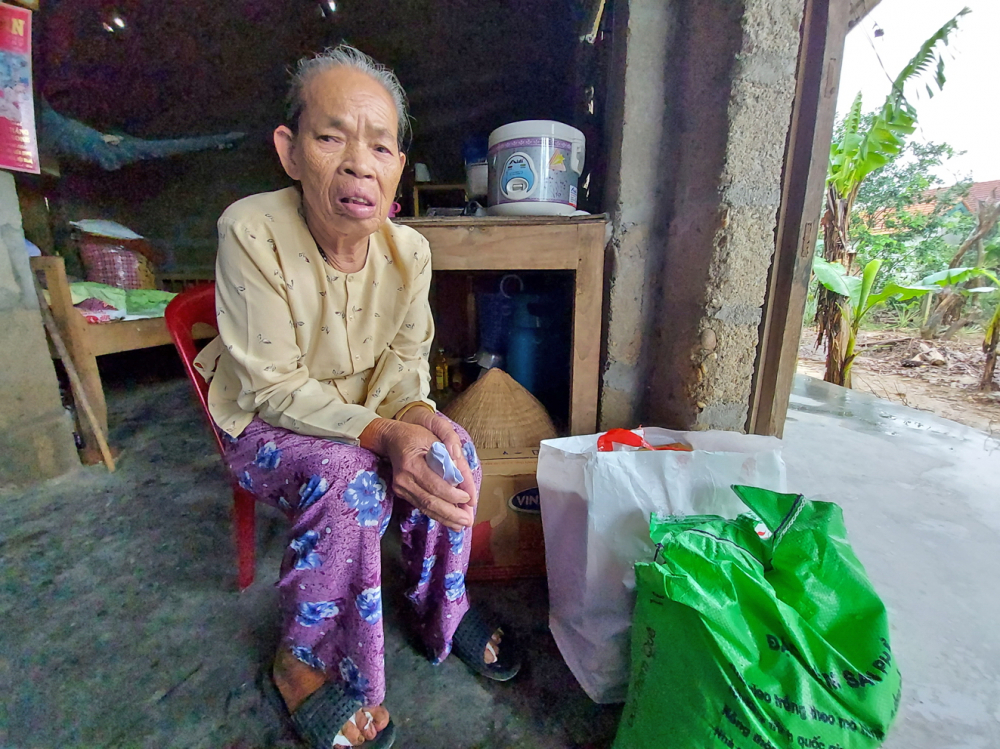 Cụ Mói kể lại chuyện được gia đình chị Oanh cứu giúp trong lũ dữ ở P.Hương Vân, thị xã Hương Trà,  tỉnh Thừa Thiên - Huế