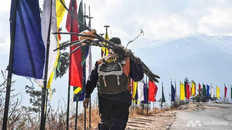 Sonam Phuntsho đi bộ mười km mỗi ngày để trồng cây trong những khu vực rừng bị suy thoái ở Thimphu.