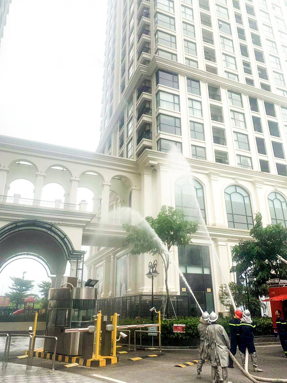 Lực lượng cảnh sát PCCC cùng đội ngũ chữa cháy cơ sở thực tập phương án chữa cháy và cứu nạn cứu hộ nhà cao tầng. Ảnh: Sunshine cung cấp